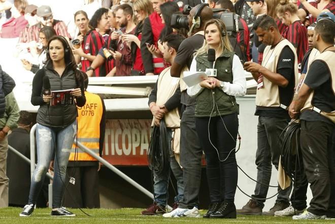 Repórteres do Atlético e do Coritiba paradas durante o problema na transmissão do Atletiba decisivo pelo Youtube neste domingo. | Hugo Harada/Gazeta do Povo