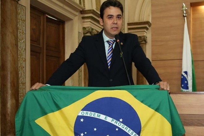 Vereador Thiago Ferro: bandeira do Brasil no plenário da Câmara. | Chico Camargo /CMC