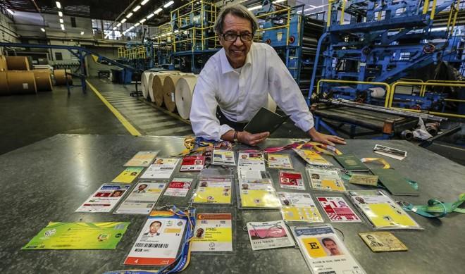 Edson Militão com algumas das principais credenciais de coberturas internacionais acumuladas na carreira. | Jonathan Campos/Gazeta do Povo