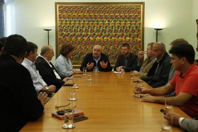Greca e prefeitos da RMC: estratégia conjunta para enfrentar a crise. | Jonathan Campos/Gazeta do Povo