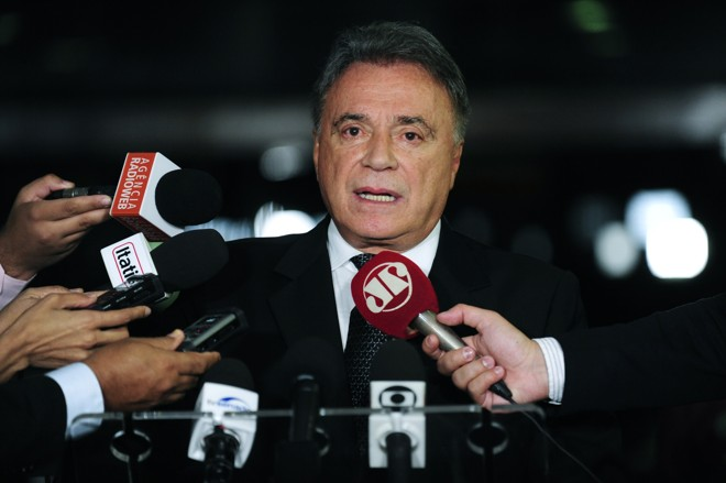 Alvaro Dias fala com a imprensa noSenado nesta sexta-feira (18) | Jane de Araújo/Agência Senado