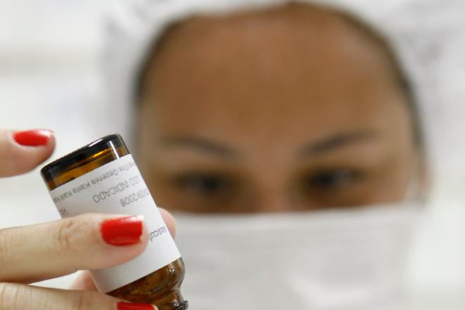 Farmacêutica manipula medicamentos para fabricação de remédio homeopático em Curitiba. | Rodolfo Buhrer / Agência de Notí/Rodolfo BUHRER