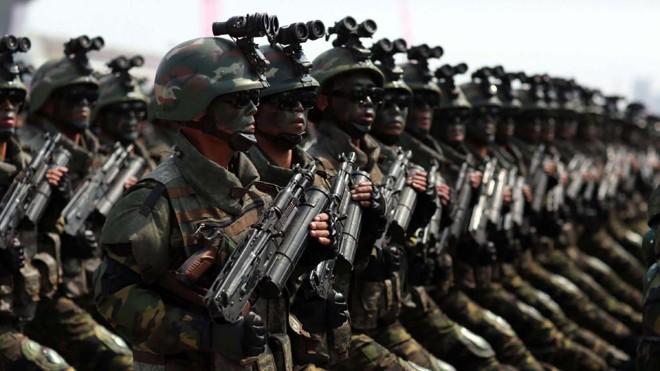Exército da Coreia do Noirte marcha durante celebração em Pyongyang: tensão cresce na região | STR / AFP