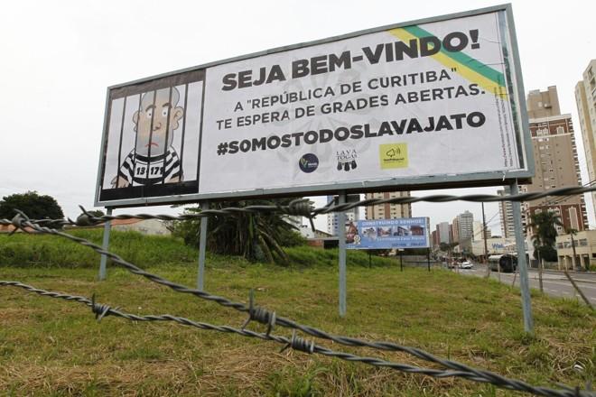 Mais de 30 outdoors foram espalhados pela capital uma semana antes do depoimento de Lula. | Jonathan Campos/Gazeta do Povo