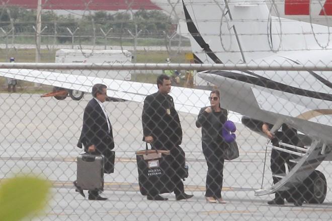 João Santana e Mônica Moura se entregando para a polícia: Dilma avisou sobre prisão.   FELIPE RAU/ESTADÃO CONTEÚDO