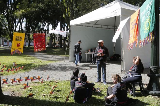 Servidores estão acampados em frente à Câmara contra pacote de ajuste fiscal de Greca. | Felipe Rosa/Tribuna do Paraná