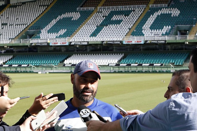 Cristian de Souza, técnico do Paraná, dá entrevista no gramado do Couto Pereira. | Albari Rosa/Gazeta do Povo