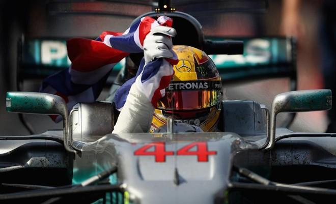 Hamilton comemora a vitória no GP do Canadá | CLIVE MASON/AFP