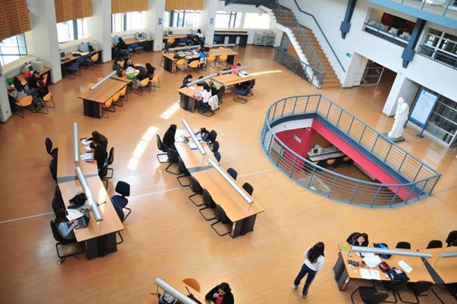 Uma das bibliotecas da Universidade do Chile: educação pública, mas não gratuita | Reprodução / Universidad de Chile