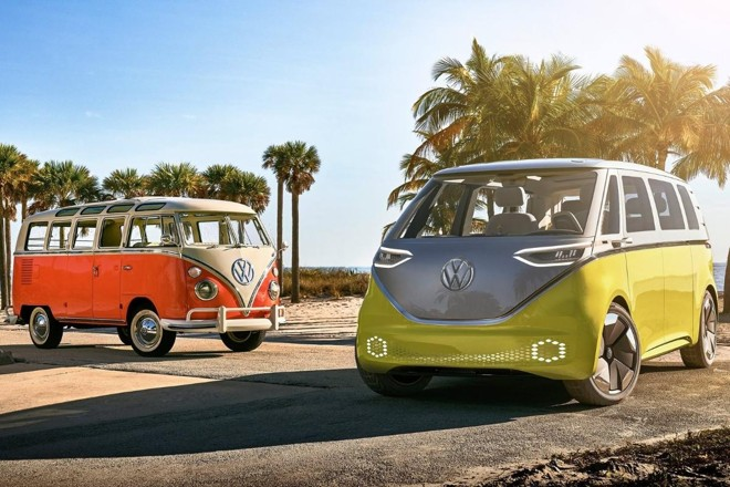 O conceito ID Buzz (dir.) servirá de inspiração para o retorno da Kombi, que voi vendida durante 63 anos em todo o planeta. | Divulgação/ Volkswagen