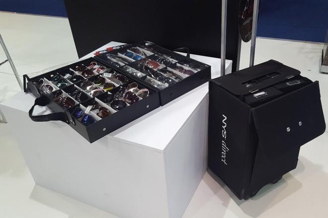 Na foto, um kit daNYS Collection Eyewear,marca de óculos norte-americana, para vendedores. É possível trabalhar com a marca investindo R$ 15 mil. | Divulgação