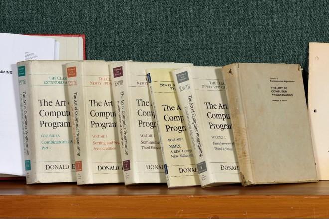 The Art of Computer Programming foi escrito pelo professor da Universidade de Stanford Donald Knuth e publicado pela primeira vez em 1968. Knuth paga recompensas para quem achar algum erro no livro dividido em quatro volumes. | TAOCP, 1968–2015, by Héctor García-Molina/Stanford University