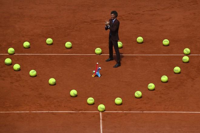 Um coração com bolinhas de tênis foi feito na quadra em alusão ao que foi desenhado pelo brasileiro quando se sagrou campeão | GABRIEL BOUYS/AFP