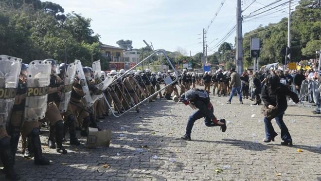 Confronto entre manifestantes e policiais em Curitiba: União, estados e municípios tocam projetos de ajuste fiscal para reequilibrar receitas e despesas.   Jonathan Campos/Gazeta do Povo