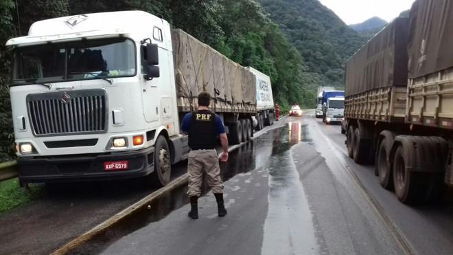 Colisão deixou óleo na pista  da BR-277 sentido Litoral. | PRF/ Divulgação/