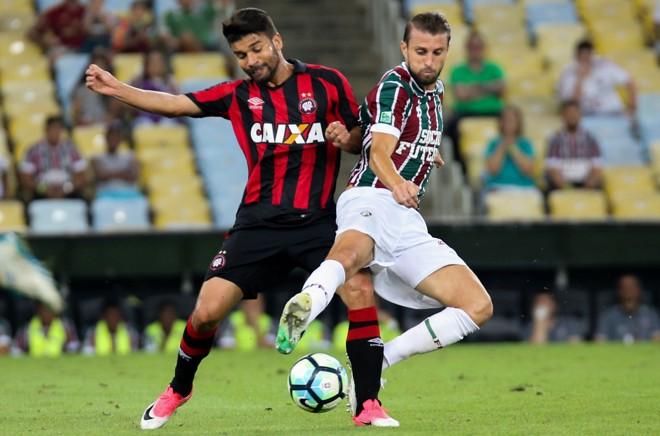Eduardo da Silva divide bola com Henrique, do Flu. | Lucas Mercon/Fluminense FC