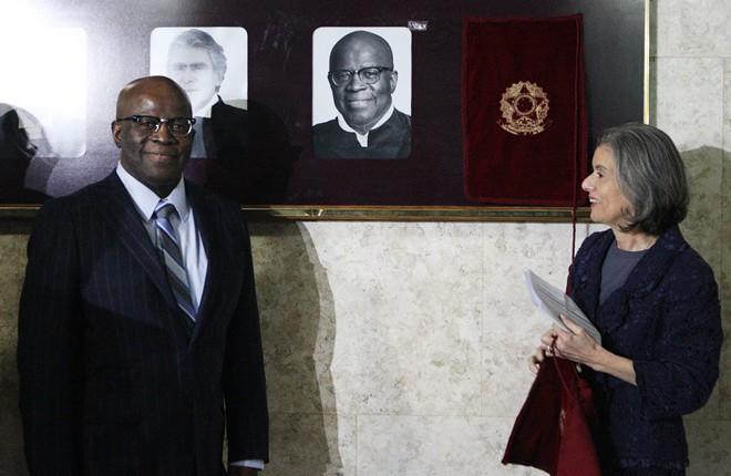 Cármen Lúcia inaugurou o retrato de Joaquim Barbosa na galeria de ex-presidentes do Supremo Tribunal Federal.   Nelson Jr/STF