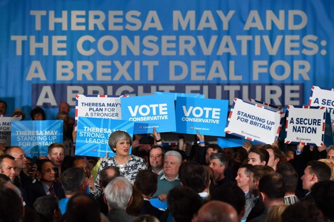 Theresa May: vitória praticamente garantida | BEN STANSALL/AFP
