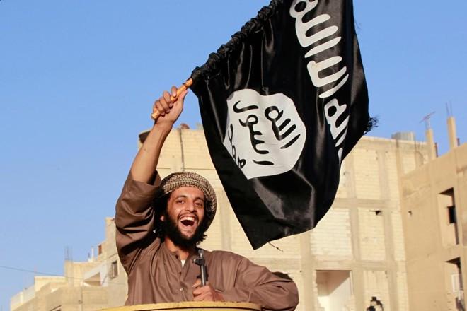 Militante do ISIS comemora tomada de Raqqa, província no norte da Síria | CK/KRSTRINGER
