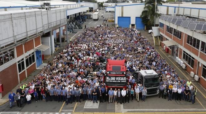 Conheça os salários pagos aos profissionais da Volvo no Brasil. A montadora emprega mais de 3 mil funcionários somente na fábrica de Curitiba. | Divulgação/Volvo
