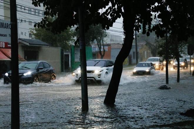 Chuvas destas terça-feira provocaram alagamentos em Curitiba | Pedro Serápio/Gazeta do Povo
