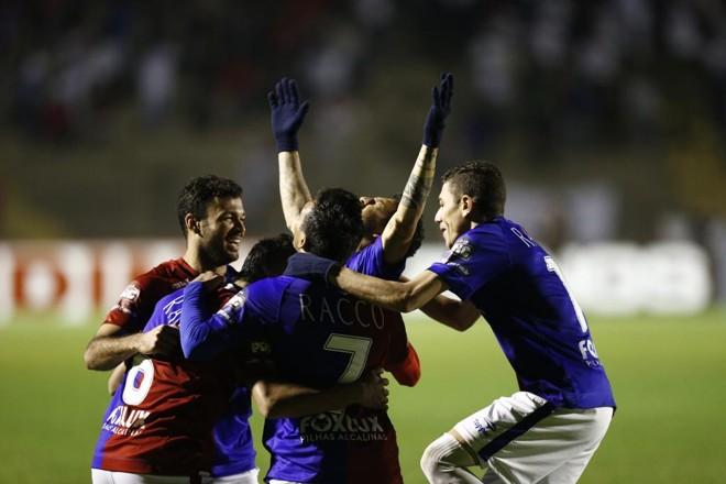 Felipe Alves comemora gol único da partida.Ele subiu bem para cabecear no canto e abrir o placar na Vila | Marcelo Andrade/Gazeta do Povo