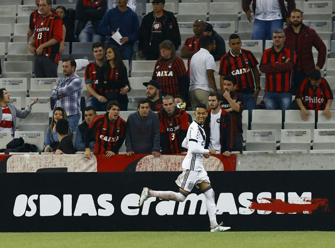 Lucca comemora gol da vitória da Ponte Preta sobre o Atlético na Arena da Baixada. | Marcelo Andrade/Gazeta do Povo