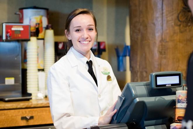 Aluna trabalha no caixa de restaurante no College of Ozarks: modelo único | Divulgação /College of Ozarks