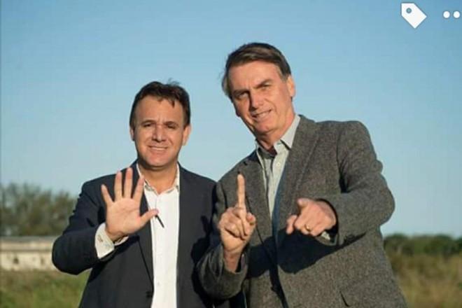 Jair Bolsonaro e o presidente do PEN, Adilson Barroso, fazendo com as mãos o 51, número do partido. | Divulgação