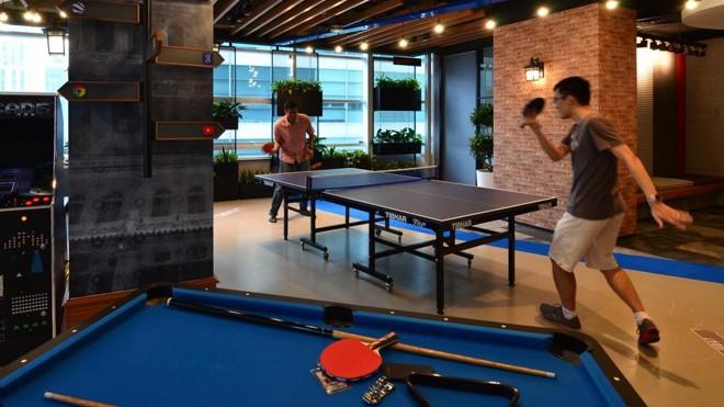 Escritório do Google em Kuala Lampur tem sinuca, ping-pong e video game.   Divulgação/Google Press