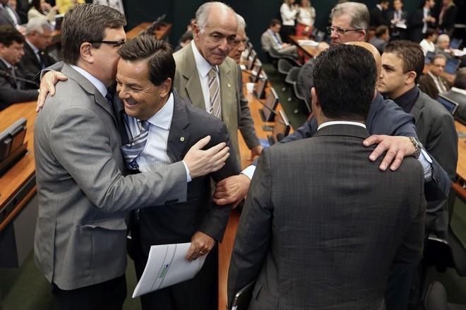 Sérgio Zveiter, relator da denúncia contra temer, é saudado por colegas na CCJ. | Marcelo Camargo/Agência Brasil