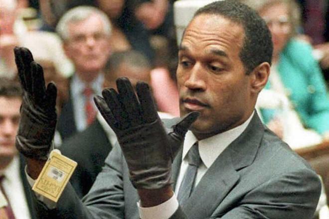 Durante o julgamento dos anos 1990, a acusação pediu a OJ que experimentasse um par de luvas que poderiam ligá-lo aos assassinatos de Nicole Brown e Ron Goldman. | Vince Bucci/AFP/Getty Images