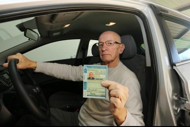 Waldemar Noldin, de 78 anos, dirige há mais de 50 anos e nunca teve a CNH suspensa. | Giuliano Gomes/Gazeta do Povo