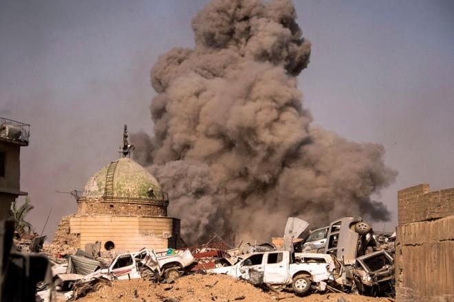 Fumaça se levanta dos destroços da Cidade Velha de Mosul, cidade iraquiana que estava sob o domínio do Estado Islâmico | FADEL SENNA/AFP