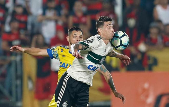 Rildo disputa bola com Pará na derrota para o Flamengo | RAFAEL RIBEIRO/ESTADÃO CONTEÚDO