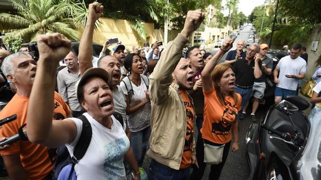 Apoiadores de Leopoldo López se reúnem do lado de fora da casa dele, neste sábado (8). | Juan Barreto/AFP