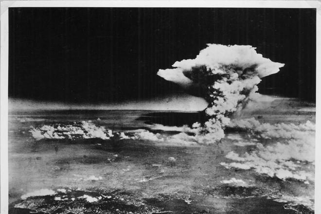 Nuvem se forma sobre a cidade japonesa de Hiroshima após a explosão da bomba atômica em 1945   DivulgaçãoREUTERS