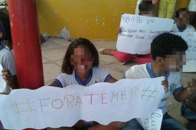 Crianças exibem cartazes contra o governo em Cabrobó (PE): atividade em sala de aula | Reprodução