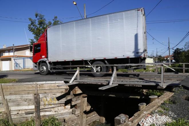 Ponte de madeira na Rua Natal: moradores estão cansado de reparos paliativos. | Aniele Nascimento/Gazeta do Povo