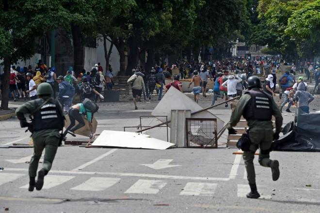 Confronto entre polícia e manifestantes durante greve geral desta quinta-feira (27), em Caracas | JUAN BARRETO/ AFP