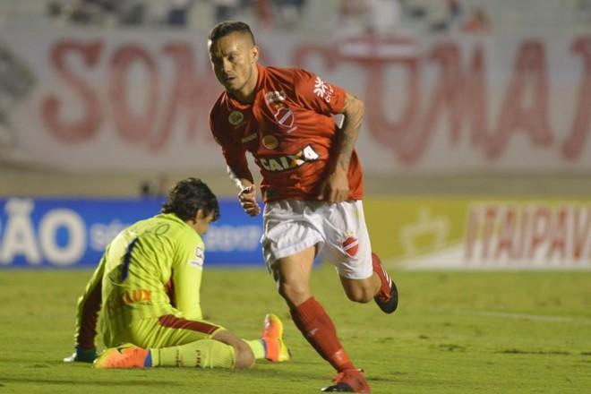 Moisés celebra o primeiro gol do Vila Nova. | CARLOS COSTA/ESTADÃO CONTEÚDO