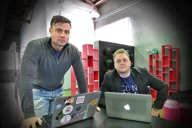 Os parceiros Bruno Doneda e Henrique Flores estão a frente da Contraktor. A startup pretende aumentar seu faturamento em dez vezes até dezembro deste ano.   Divulgação