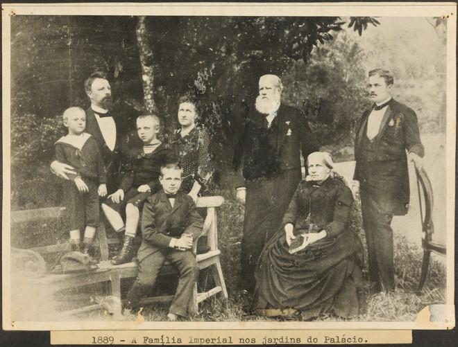 Família imperial no jardim do Palácio Imperial, em Petrópolis: para 10,7% dos brasileiros, monarquia precisa voltar   Coleção José Kopke Fróes/Museu Imperial