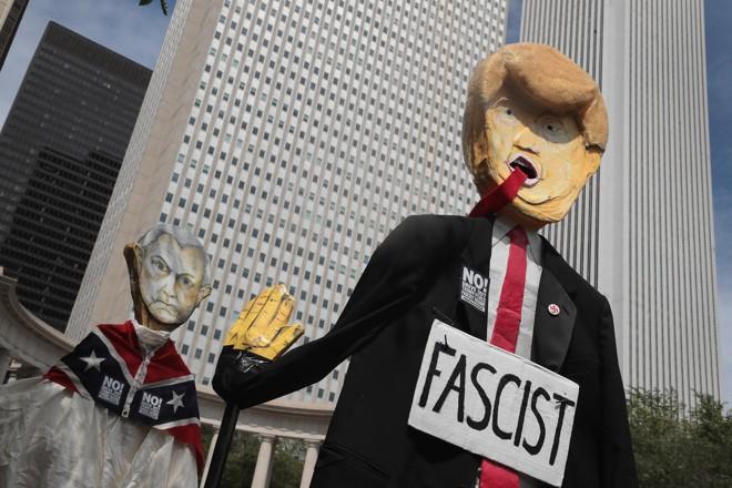 Protesto feito no domingo contra supremacistas também abordou o governo Trump. | SCOTT OLSON/AFP
