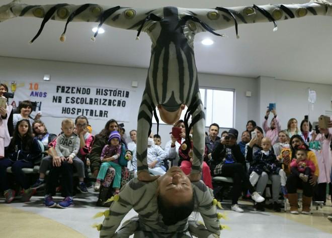 Contorcionismos, acrobacias e palhaçadas tomaram a ala pediátrica nesta quarta-feira | Marcelo Andrade/Gazeta do Povo