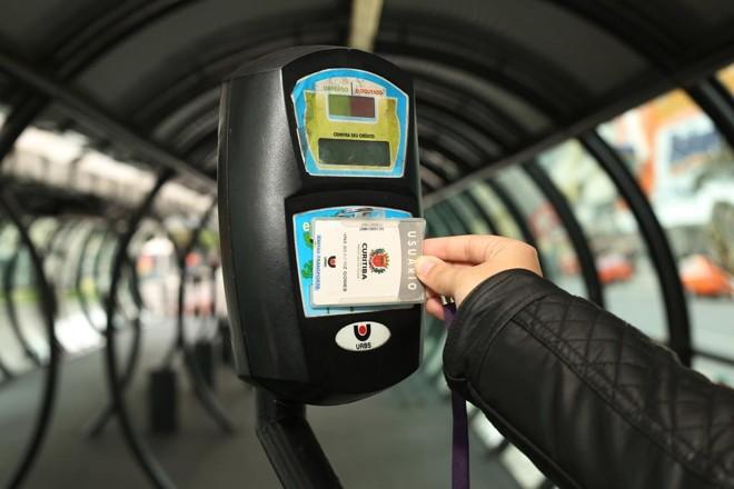 O cartão-transporte e o validador da Urbs | Giuliano Gomes/Gazeta doPovo/Arquivo