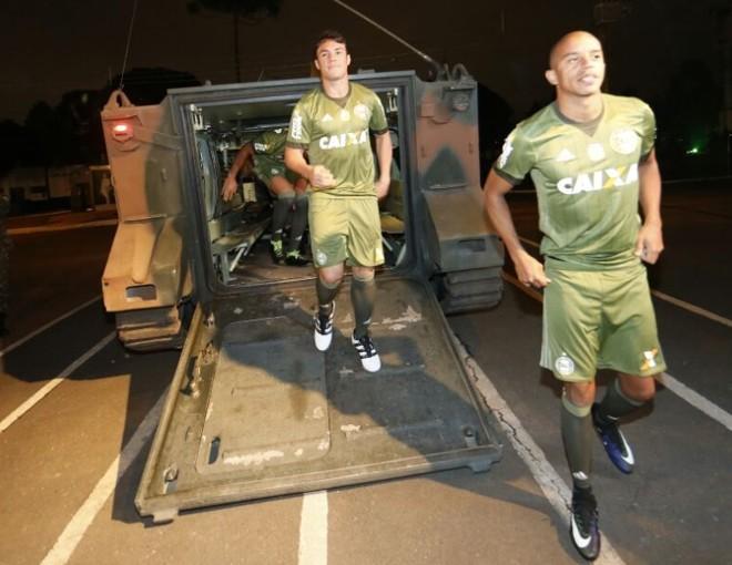 Kléber Gladiador e William Matheus foram alguns dos jogadores do Coritiba que apresentaram a nova camisa. | Albari Rosa/Gazeta do Povo