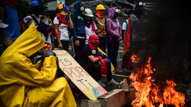 Manifestantes em protesto contra a instalação da Assembleia Constituinte em Caracas na sexta-feira (4). | RONALDO SCHEMIDT/AFP