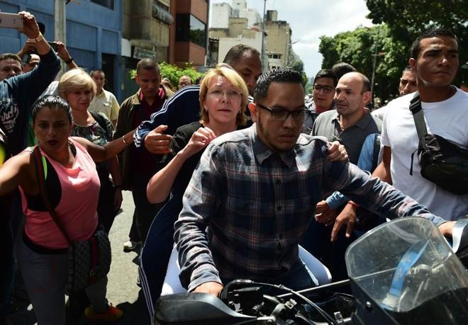 Luisa Ortega deixa a sede da procuradoria de moto | RONALDO SCHEMIDT    /    AFP