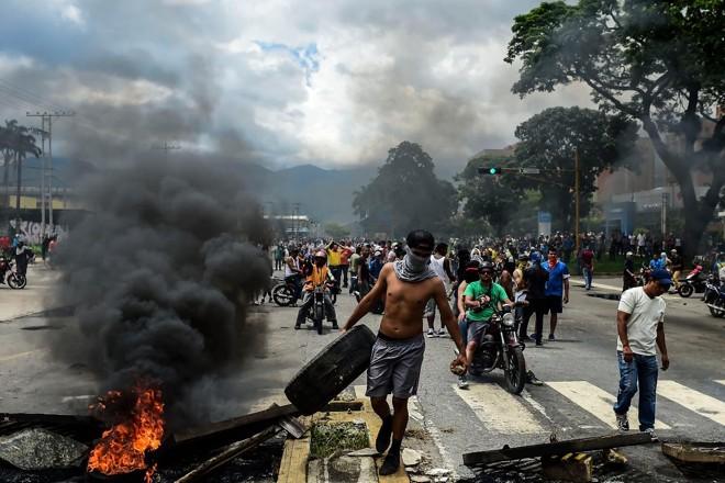 Ativistas contrários ao governo constuíram barricadas nas ruas de Valência, no Norte da Venezuela | RONALDO SCHEMIDT/ AFP
